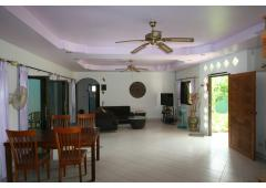 Pattaya-area villa with pool for rent