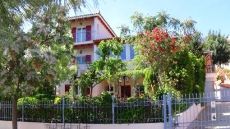 DETATCHED HOUSE WITH 3 FLOORS NEAR BEACHES AND SHOPPING MALLS